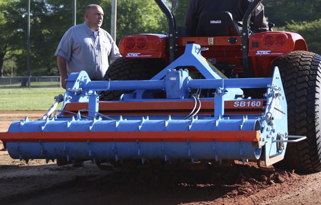<b>Rear Roller</b><p></p>The rear roller presses the milled material and you can fill this roller with water when you want to press the soil more firmly. Optionally the roller can be hydraulically adjusted so you can seamlessly follow your previous operation.
